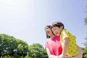 新緑の公園で息子を抱く母親の素材 [FYI01075662]