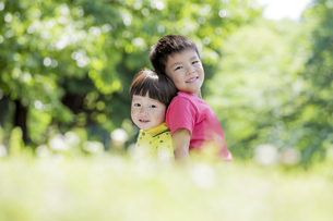 新緑の公園で遊ぶ兄弟の素材 [FYI01075663]