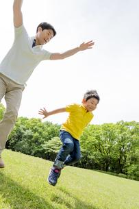 新緑の公園で遊ぶ父親と息子の素材 [FYI01075666]