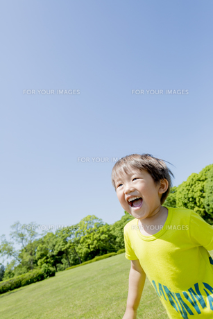 新緑の公園を走る男の子の素材 [FYI01075668]