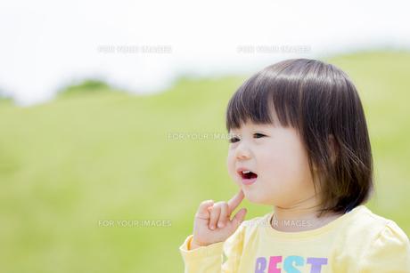 公園で笑う女の子の素材 [FYI01075670]