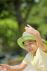 初夏の公園で水遊びをする男の子の素材 [FYI01075672]