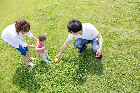 公園で遊ぶ親子の素材 [FYI01075675]