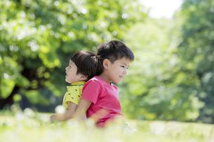 新緑の公園で遊ぶ兄弟の素材 [FYI01075685]