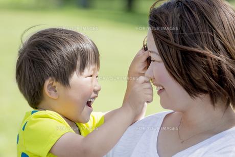 公園で遊ぶ母親と息子の素材 [FYI01075691]