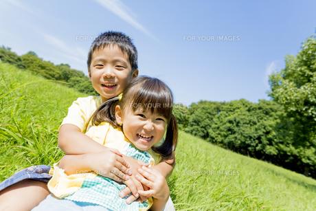 公園で遊ぶ兄と妹の素材 [FYI01075694]