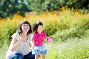 公園で母親と遊ぶ娘の素材 [FYI01075695]