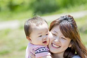 公園で男の子を抱く母親の素材 [FYI01075696]