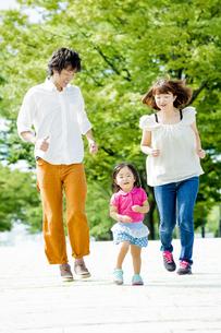 公園を走る3人家族の素材 [FYI01075698]