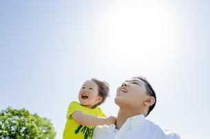 新緑の公園で遊ぶ父親と息子の素材 [FYI01075701]
