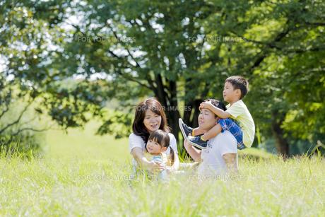 公園で遊ぶ4人家族の素材 [FYI01075705]