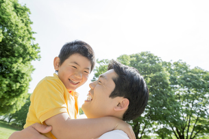 新緑の公園で遊ぶ父親と息子の素材 [FYI01075708]