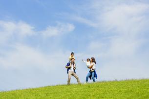 公園で遊ぶ4人家族の素材 [FYI01075712]