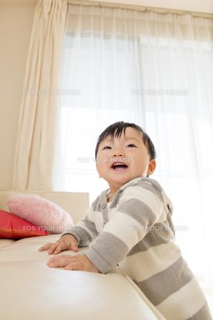 リビングで笑う赤ちゃんの素材 [FYI01075714]