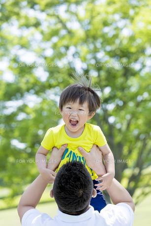新緑の公園で遊ぶ父親と息子の素材 [FYI01075717]