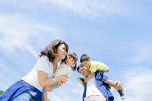 公園で遊ぶ4人家族の素材 [FYI01075719]
