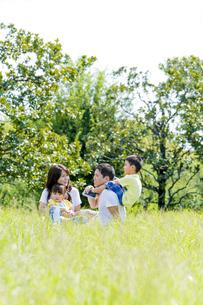 公園で遊ぶ4人家族の素材 [FYI01075732]