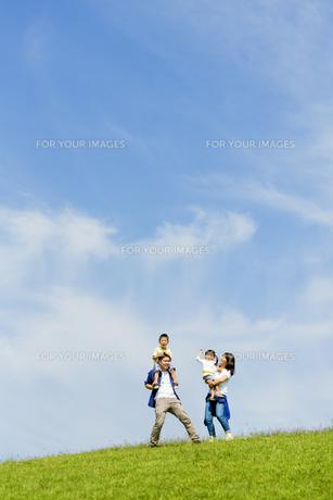 公園で遊ぶ4人家族の素材 [FYI01075735]