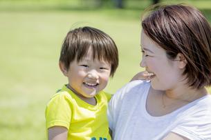 公園で遊ぶ母親と息子の素材 [FYI01075736]