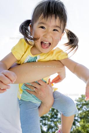 公園で母親に抱かれる娘の素材 [FYI01075747]