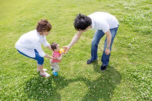 公園で遊ぶ親子の素材 [FYI01075748]