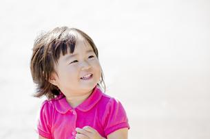 公園で笑う女の子の素材 [FYI01075753]