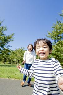 公園を走る息子を見つめる母親の素材 [FYI01075754]