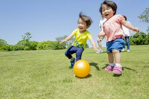 新緑の公園を走る4人家族の素材 [FYI01075759]