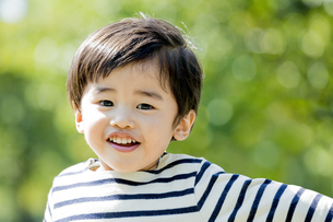公園を走る男の子の素材 [FYI01075760]