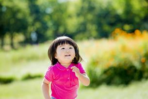 公園を走る女の子の素材 [FYI01075768]