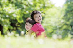 新緑の公園で遊ぶ兄弟の素材 [FYI01075771]