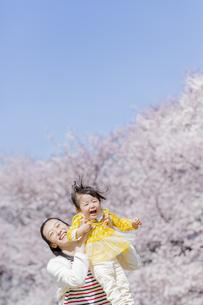 桜の咲く公園で遊ぶ母親と娘の素材 [FYI01075776]
