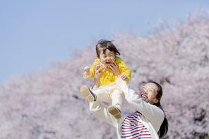 桜の咲く公園で遊ぶ母親と娘の素材 [FYI01075777]
