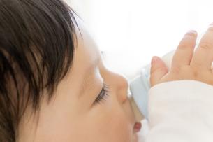 リビングでミルクを飲む赤ちゃんの素材 [FYI01075780]