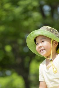 初夏の公園で笑う男の子の素材 [FYI01075781]