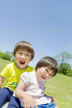 新緑の公園で遊ぶ兄と妹の素材 [FYI01075783]