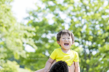 新緑の公園で遊ぶ父親と息子の素材 [FYI01075790]