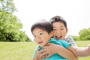 新緑の公園で遊ぶ兄弟の素材 [FYI01075792]