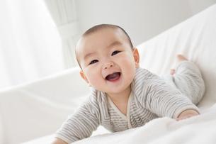リビングで笑う赤ちゃんの素材 [FYI01075794]
