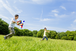 公園で凧揚げをする父親と息子の素材 [FYI01075795]