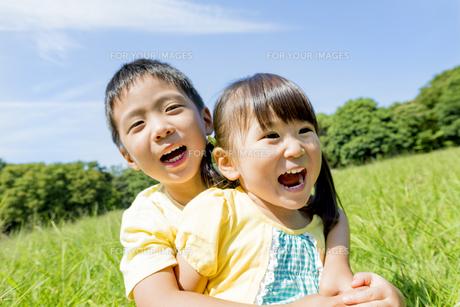 公園で遊ぶ兄と妹の素材 [FYI01075798]