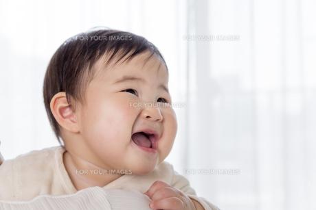 リビングで母親に抱かれる赤ちゃんの素材 [FYI01075806]