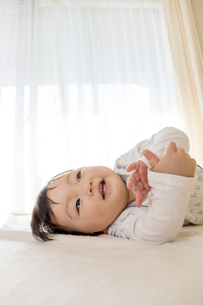 リビングで笑う赤ちゃんの素材 [FYI01075809]