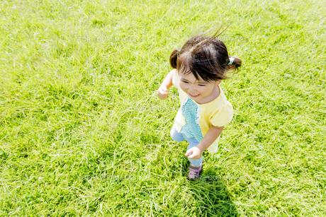 公園を走る女の子の素材 [FYI01075810]