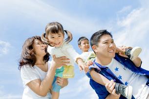 公園で遊ぶ4人家族の素材 [FYI01075814]