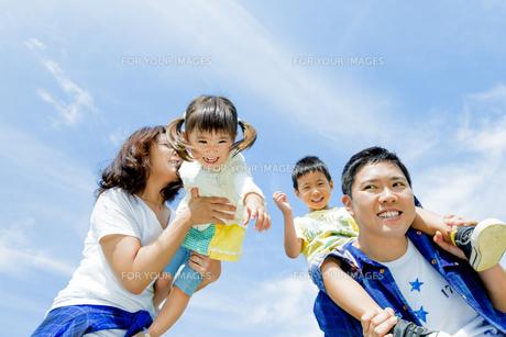 公園で遊ぶ4人家族の素材 [FYI01075816]
