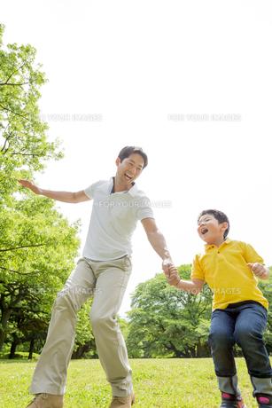 新緑の公園で遊ぶ父親と息子の素材 [FYI01075825]