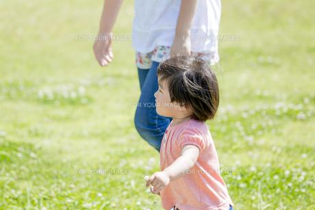 公園を母親と歩く娘の素材 [FYI01075832]