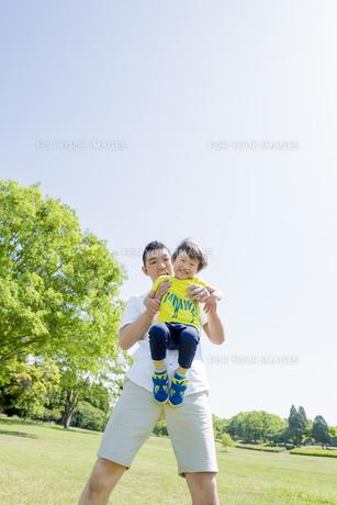 新緑の公園で遊ぶ父親と息子の素材 [FYI01075834]