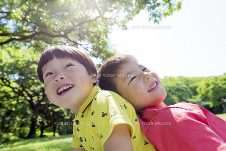 新緑の公園で遊ぶ兄弟の素材 [FYI01075835]